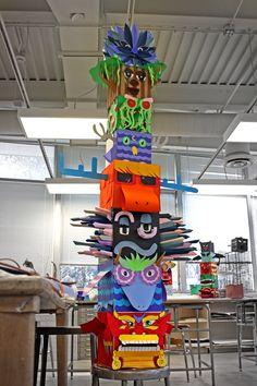 Colorful totem poles are fascinating symbols of Native American cultures. Take a look at these Totem Pole Craft Projects For Kids, which can be made from recycled material such as plastic bottles, tin cans or egg cartons. Group Art Projects, High School Art Projects, Craft Projects For Kids, Collaborative Art Projects For Kids, High School Crafts, Class Projects, Project Ideas, Art Totem, Totem Pole Craft