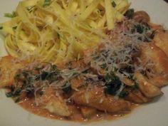 Tagliatelle mit Hühnerbruststreifen und Champignons in Tomatensahnesauce #Rezept