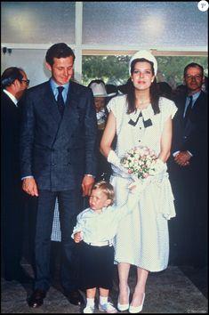 La princesse Caroline de Monaco et Stefano Casiraghi avec leur fils Andrea en mai 1986 à Monaco lors du concours de bouquets.