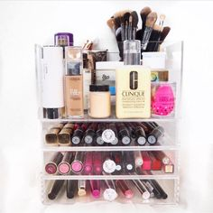 Brushholder, Flessenvak en lades in 1. De YOSMO Block is de perfecte makeup organizer voor de praktische vrouw