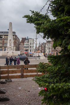 Een bal in de kerstboom op de #Dam in I #AMsterdam!