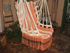 Confeccionada em tear com tecido 100% algodão , maravilhosa cadeira que você poderá descansar nas suas horas de lazer. O enchimento é de espuma e pode ser retirado para lavagem pois ela possui ziper. Acabamento em crochê . Acompanha um extensor que mede 90 cm de comprimento e um varão reforçado que mede 90 cm de comprimento, O assento mede 48 cm de largura por 52 cm de comprimento e o encosto mede 48 cm de largura por 63 cm de comprimento. Não mancha e não deforma. Lavável à máquina .´