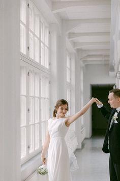 Milloin on paras hetki ottaa hääkuvat, ennen vihkimistä vai sen jälkeen vai jopa ihan erillisenä ajankohtana ennen häitä. Pohdin eri vaihtoehtoja hääkuvaajan näkökulmasta, toivottavasti saat ideoita ja inspiraatiota! #häät #hääkuvat #jennituominenphotography One Shoulder Wedding Dress, White Dress, Jenni, Wedding Dresses, Photography, Beautiful, Fashion, Bride Dresses, Moda
