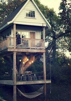 Chi l'ha detto che le case sugli alberi sono solo cose da bambini? #treehouse #giardino #dreamhome