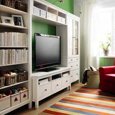 IKEA Österreich, Inspiration, Wohnzimmer, TV-Möbel HEMNES, Fach PYSSLINGAR, Korb BYHOLMA, Schrankbeleuchtung FORMAT, Teppich PERSISK