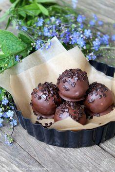 Tolles Rezept für cremige Schokoladenpralinen aus einem Brownieteig und Frischkäse. Überzogen werden die Pralinen mit feinster Zartbitterschokolade.