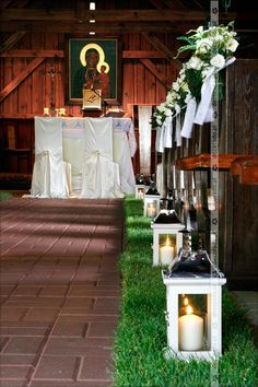 Latarenki na żywej trawie w kościele Pew Markers, Wedding Church, Outdoor Furniture, Outdoor Decor, Table Decorations, Floral, Ideas, Home Decor, Decoration Home