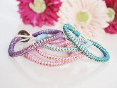 Tutoriale DIY: Cómo hacer pulseras de colores enrolladas vía DaWanda.com