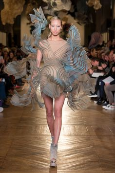 Today on Haute Macabre we're daydreaming about garbing ourselves in Iris van Herpen's Spring 2018 Couture collection. Because who doesn't want to look like bewitching biotech from a futuristic utopian. Iris Van Herpen, Fashion Week, Fashion Art, Editorial Fashion, Runway Fashion, Fashion Design, Fashion Details, Fashion Photo, High Fashion