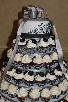Love the idea of having a small cake on top, and then layers of cupcakes.