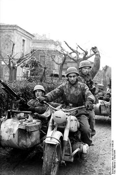 German paratroopers landed and motorized in Italy Note the machine gun on the sidecar. Luftwaffe, Paratrooper, German Soldiers Ww2, German Army, Cycle Pictures, Motos Retro, Mg34, Narvik, Germany Ww2