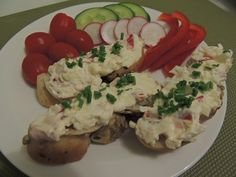 Máslo ušleháme s Lučinou, přidáme jemně nakrájený Hermelín, šunku, kapii, cibulku a nastrouhaná vejce. Osolíme a promícháme. Posypeme pažitkou... Caprese Salad, Food, Essen, Meals, Yemek, Insalata Caprese, Eten