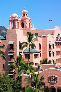 Since its debut in Waikiki's iconic Royal Hawaiian Hotel has boasted a beautiful salmon-colored stucco façade; and pink details, including bed linens, towels, tablecloths and napkins. Beautiful Hotels, Most Beautiful, Beautiful Places, Amazing Places, Hawaii Travel, Travel Usa, Travel Tips, Boutiques, Resorts