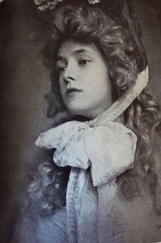 Evelyn Nesbit in costume