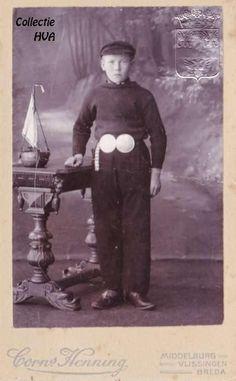Een Arnemuidse jongen in vissersdracht ca. 1900 / a fisherboy from Arnemuiden in traditonal costume
