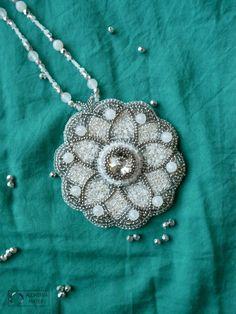 Mandala nr 2 - Lodowa. Wisior wykonany w technice haftu koralikowego. Peyote Beading, Beaded Embroidery, Jewelery, Pendant Necklace, Beads, Handmade, Jewlery, Beading, Jewels