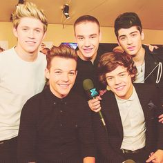 Louis and Ni look SO good in this pic....so do the others, of course. ;)