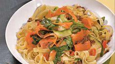 Секрет аппетитности феттучини со сливочным соусом и овощами – в его неповторимом аромате. Оно готовится на медленном огне в течение нескольких минут, так что соус успевает впитаться в пасту