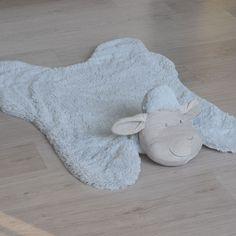 Alfombra oveja en blanco o gris Alfombra super suave para la habitación del bebé o del niño. Es super suave y tiene una divertida cabeza de oveja en un lado. Tamaño 110cm x 75cm. 26,50 €