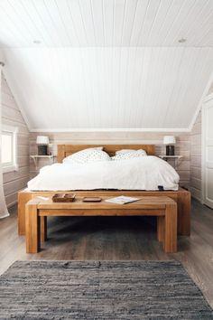 log home bedroom, hirsitalo, valkoinen makuuhuone, valkoinen paneelikatto, white bedroom, scandinavian interior, oak bed