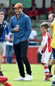 Cruz Beckham cools off as he receives a half time hug from dad David Support: David is a regular at all three boys' matches, and on Saturday he was on the sidelines to watch Cruz play Outfits Casual, Stylish Mens Outfits, Mode Outfits, Men Casual, Estilo David Beckham, David Beckham Style, David Beckham Jeans, Fashion Mode, Mens Fashion