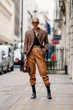 Leonie Hanne wears a brown geometric pattern print blazer jacket, a… – Leather Style Oufits Casual, Casual Outfits, Brown Leather Pants, Brown Pants, Leather Jackets, Black Leather, Look Fashion, Fashion Outfits, Jackets Fashion