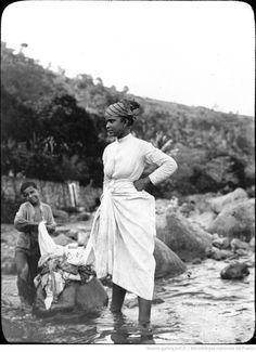 Martinique. Blanchisseuse. S[ain]t Pierre (1899) / [photogr.] Salles ; [photogr. reprod. par Radiguet & Massiot?]