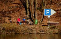 Während die einen im Garten arbeiten, ...  erfreuen sich andere auch in der Natur, aber auf ihrem Fahrrad. Das derzeitige Wetter lässt ja vielseitige Aktivitäten im Freien zu. Aber natürlich darf man auch keine erholsame Pausen vergessen. :-)