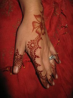 The use of henna and mehndi by Prophet Muhammad ensured its place in history.Here are some of the pictures of Beautiful Mehndi Design Pictures from Pakistan. Henna Tattoo Designs Arm, Henna Ink, Red Henna, Henna Body Art, Arabic Mehndi Designs, Mehndi Tattoo, Mehandi Designs, Henna Mehndi, Wrist Tattoos