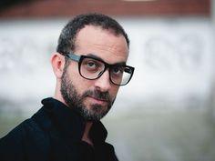 """O cantor e compositor Lucas Santtana apresenta as músicas do álbum """"O Deus que devasta mas também cura"""" (Foto: Daryan Dornelles / Divulgação)"""