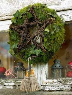 Âme vagabonde Moss wreath with wooden star . very natural . Noel Christmas, Christmas Fashion, Winter Christmas, Christmas Wreaths, Christmas Crafts, Christmas Decorations, Holiday Decor, Xmas, Advent Wreath
