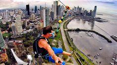 Vom Hochhaus zum Boden eine Zipline spannen und mit dem Fallschirm abspringen – guter Plan!!