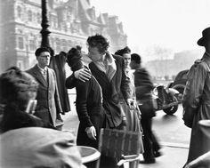 Robert Doisneau - La baiser de l'Hôtel de Ville, Paris, 1950