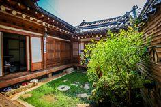 Korean traditional house Hanok in Bukchon (북촌한옥마을) - 종로구의 단독주택에서 살아보기