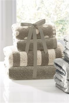 4 piece bale includes 2 hand towels and 2 bath towels.