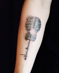Double exposure guitar tattoo that includes the entire city of Toronto, trees, and a soundwave of his parents and sister saying 'I love you,' located on Shawn Mendes' right inner forearm. Tattoo Artist: Livia Tsang This tatoo has beautiful meaning Shawn Mendes Sister, Shawn Mendes Tumblr, Up Tattoos, Music Tattoos, Tatoos, Tatouage Rock And Roll, Wald Tattoo, Shawn Mendes Tattoos, Tattoo Ideas