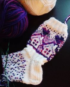 Neulojat loihtivat nyt upeita mökkisukkia! Katso kuvat versioista ja poimi ideoita | Kodin Kuvalehti Fair Isle Knitting, Fingerless Gloves, Arm Warmers, Kitten, Winter Hats, Socks, Crochet, Fall, Crafts