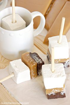 The Kitchen McCabe: Salted Caramel Hot Chocolate Sticks - so easy to make with homemade marshmallows. These would be adorable on a hot chocolate bar around the holidays. Salted Caramel Hot Chocolate, Chocolate Bomb, Hot Chocolate Bars, Hot Chocolate Recipes, Hot Chocolate Gifts, Chocolate Ganache, Hot Chocolate Pictures, Hot Chocolate Toppings, Coconut Chocolate