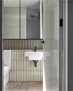 Home Interior Cuadros white bathroom with vertical white slim tiles.Home Interior Cuadros white bathroom with vertical white slim tiles White Bathroom, Bathroom Interior, Small Bathroom, Bathroom Canvas, Master Bathroom, Shower Cabin, Bathroom Toilets, Washroom, Bathroom Cleaning