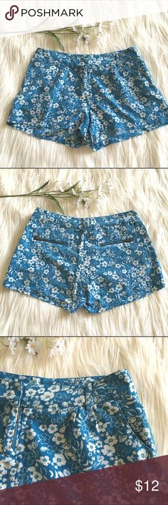 """Floral Shorts Super cute floral shorts. Tag says size xs. Xx1 boutique by forever 21. Measures 14"""" across waist and 10.5"""" length. Zipper back pockets. Good used condition. Ask any questions! Forever 21 Shorts"""