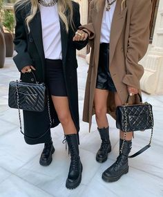 Preppy Outfits, Fall Outfits, Fashion Outfits, Fashion 2020, Paris Fashion, Biker Shoes, Combat Boot Outfits, Chelsea Boots Outfit, Pose