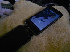 Le LG Nexus 4 sied parfaitement dans sa housse en cuir de la collection Ultra mince d'Issentiel. Photo par landrofroid  http://www.landofdroid.com/2013/issentiel-leather-case-review/