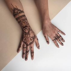 Mehndi Designs will blow up your mind. We show you the latest Bridal, Arabic, Indian Mehandi designs and Henna designs. Khafif Mehndi Design, Henna Designs Feet, Modern Mehndi Designs, Mehndi Designs For Hands, Henna Tattoo Designs, Henna Tattoo Kit, Simple Henna Tattoo, Blackwork, Hand Tattoos For Girls