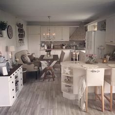 What a nice kitchen ❤ Modern Kitchen Cabinets, Modern Farmhouse Kitchens, Rustic Kitchen, New Kitchen, Kitchen Decor, Kitchen Design, Beautiful Kitchens, Cool Kitchens, Interior Decorating