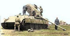 "Soviet soldiers checking on blown-up Pzkpfw-V ""Panther""  ===================== Советские солдаты, проверяющие преувеличенную ""Пантеру"" Pzkpfw-V"