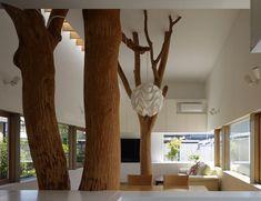 Arquitetos japoneses incorporam troncos de árvores à estrutura de casa