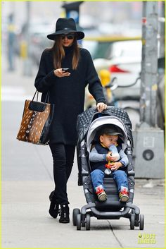 Miranda Kerr Photos - Victoria's Secret model Miranda Kerr takes her adorable son Flynn out for an afternoon at the park in New York City. - Miranda Kerr and Flynn in NYC Star Fashion, Daily Fashion, Love Fashion, Kids Fashion, Miranda Kerr Style, Mommy Style, Bump Style, Style Snaps, Look At You