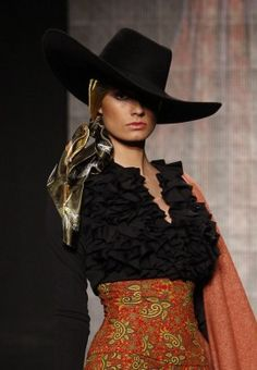 Lots of great elements. Looks like scarf under that hat, Big black fluffy ruffled blouse, embroidered pants. Spanish Fashion, Spanish Style, Dance Fashion, Fashion Outfits, Fashion Trends, Womens Fashion, Estilo Cowgirl, Rodeo Outfits, Lady