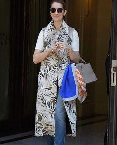 De casaco estampado sem manga e lenço Dior colorido amarrado na bolsa Louis Vuitton