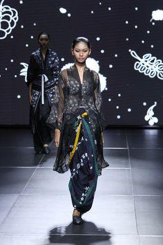 Batik Gaya Modern, Muda dan Etnik Dari 'Sejauh Mata Memandang'   Fimela.Com